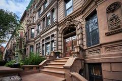 En rad av historiska rödbrun sandstenbyggnader arkivfoton