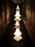 En rad av japanska pappers- lyktor i Kyoto Arkivfoto
