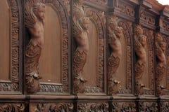 En rad av kyrkliga kyrkbänkar Royaltyfri Fotografi