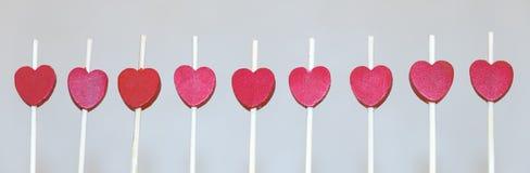 En rad av röda hjärtor Arkivfoton