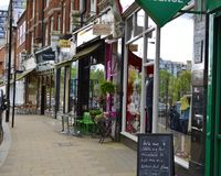 En rad av shoppar i Hampstead London UK royaltyfri foto