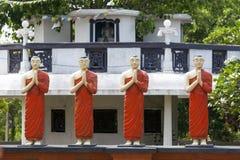 En rad av statyer på Pidurangala den buddistiska templet i Sigiriya, Sri Lanka Fotografering för Bildbyråer