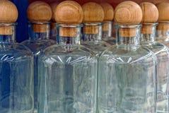 En rad av tomma glasflaskor stängde sig med bruna proppar Royaltyfri Bild