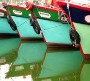 En rad av traditionella fiskebåtar Fotografering för Bildbyråer