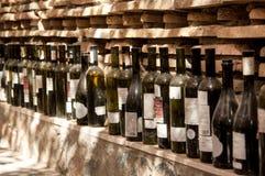 En rad av vinflaskor Arkivfoto