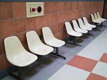 En rad av vita stolar Royaltyfri Fotografi
