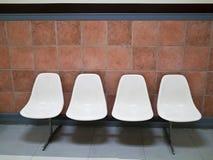 En rad av vita stolar Arkivbild