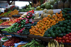 En rainbown av färger på bönder marknadsför arkivbild