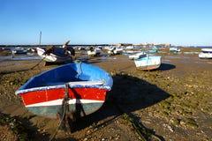 En raison échoué de petits bateaux de la marée basse Photographie stock libre de droits