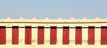 En rak rad av låsta dörrar, bakgrund Royaltyfri Bild
