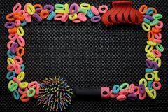 En ram av mång--färgade färgrika gummiband för hår, hårkammar och hårgem Arkivfoto
