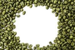 En ram från gröna kaffebönor med tomt kopieringsutrymme royaltyfria foton