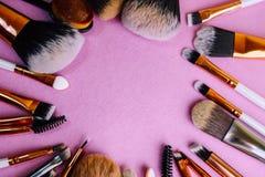 En ram från en uppsättning av härliga olika mjuka makeupborstar från naturlig förbandsgas för att uppsätta som mål skönhet och at royaltyfria bilder