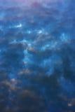 En reflexion av den magiska sommarsolnedgången med cloudsinvatten Arkivfoton