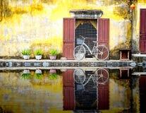 En reflexion av en cykel i hoi-an Arkivbilder