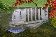 En reflexion av pantheonen på Stourhead arkivbilder