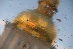 En reflexion av Sts Michael domkyrka Kiev, Ukraina Arkivbilder