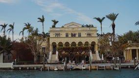 En regardant à travers au manoir luxueux de bord de mer avec des palmiers et au dock privé en îles ensoleillées échouez, Miami clips vidéos