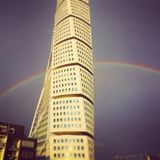En regnbåge bak den roterande torson fotografering för bildbyråer