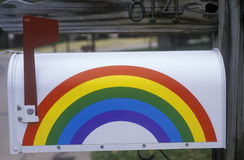 En regnbågebrevlåda Arkivfoton