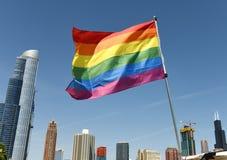 En regnbågeflagga med Chicago cityscape, USA arkivfoton