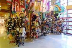 En regnbågevärld av leksaker - Granville Island Market Royaltyfri Foto