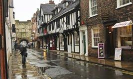 En regnig hög Petergate plats, York, England Arkivbild
