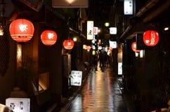 En regnig natt i Kyoto Arkivfoton