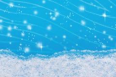 En remsa av naturlig snö på blå glass vinterbakgrund Royaltyfri Bild