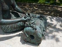 En Rendilheira de Vila do Conde bronsstaty som snör åt vävaren, övre detalj för slut arkivfoton