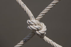 En repbro som gjordes av träplankor, rymde tillsammans vid repet och se Fotografering för Bildbyråer