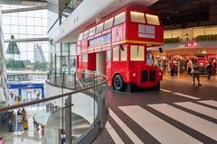 En reproducerande England buss i terminalen 21 Pattaya arkivbild