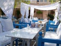En restaurangtabellorientering på ett arabiskt utomhus- kafé Royaltyfri Foto