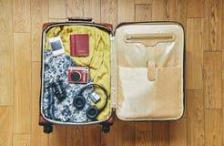 En resväska för din ferie Den nödvändigaste saker arkivbild