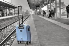 En resväska som överges på stationen arkivbilder