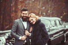 En retro gifta sig bil med precis det f?r?lskade gifta paret royaltyfri bild