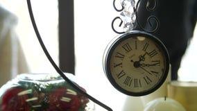 En retro klocka med en minut och begagnat lager videofilmer