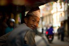 En Rickshawchaufför på gatorna av Katmandu, Nepal Royaltyfria Bilder