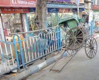 En rikshaw på gatasidan i Kolkata Fotografering för Bildbyråer