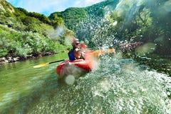 En rivière le canoë éclabousse Photo stock