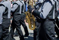 Mässing instrumenterar marschmusikband Arkivbilder