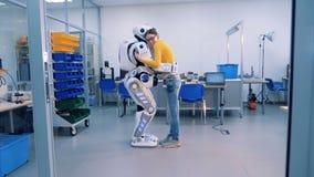 En robot och en kvinnakram Robot och begrepp för mänsklig förbindelse arkivfilmer