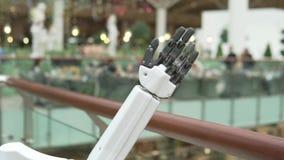 En robotarm vinkar besökare på gallerian arkivfilmer