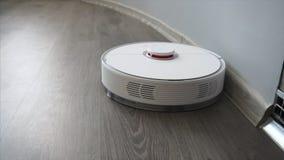 En robotic dammsugare gör ren vardagsrumgolvet lager videofilmer