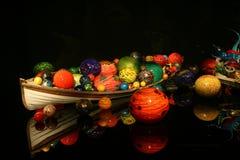 En roddbåt i Chihuly exponeringsglasträdgård Royaltyfri Fotografi