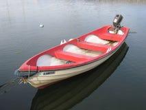 En roddbåt med ett motoriskt Royaltyfri Bild