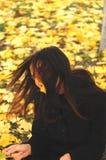 En rolig ung attraktiv flicka har roligt och att bedra omkring i en höst som ska parkeras Gladlynta sinnesrörelser, höstlynne Royaltyfri Fotografi