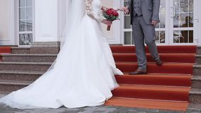 En romantisk brud och brudgum Couple Holding Hands på bröllopdag stock video