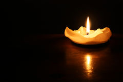En romantisk stearinljus i mörkret Arkivfoton