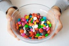 En rond, sucreries multicolores Plan rapproch? de sucrerie, dans un conteneur en verre photographie stock libre de droits